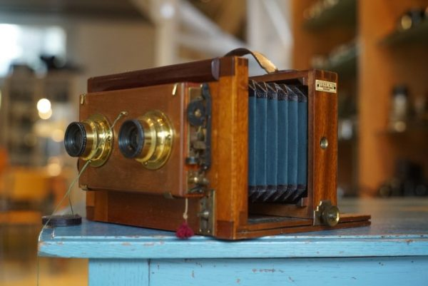 Wooden stereo camera marked Ivens, with Rodenstock lenses