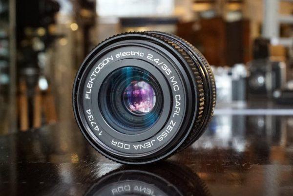 Hasselblad 501CM black + Carl Zeiss Planar 80mm f/2.8 CB