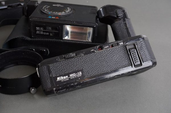 Mixed lot of various Nikon accessories: MD-11, MD-12, SB-10, HK-11, strap