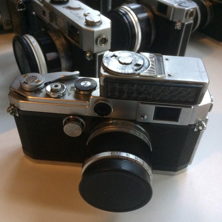 een grote collectie canon en leica meetzoeker camera's