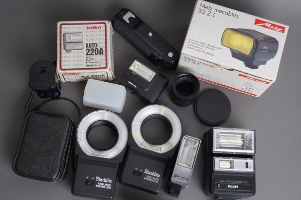 Assorted lot of flashes and other accessories, untested