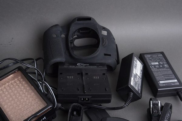Canon 5D MK III fit battery grip, rubber housing + extra accessories
