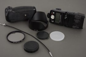 Small lot of photo accs, including Nikon SB-800 and MB-D10