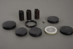 Small lot of Leica / Leitz accessories: caps, retaining ring, film cassettes, flash sync adapter